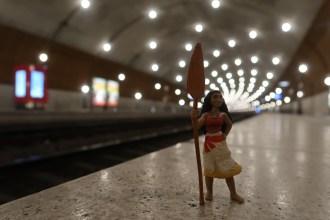 Miss France arrive en toute discrétion par un train en provenance de Marseille, via Nice.