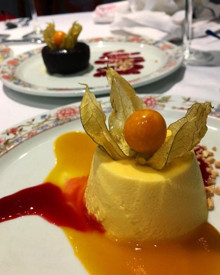 Flan de maracuya y mango coulant de chocolate postres Restaurante El Aliño