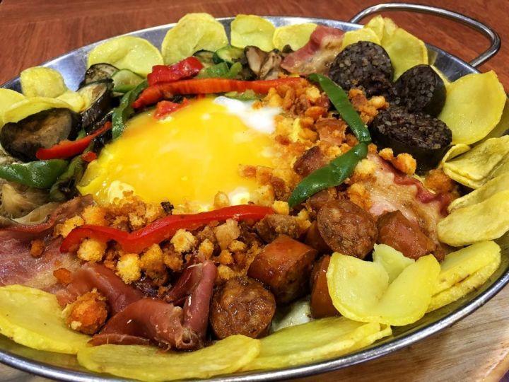Bar-Macarena-Restaurante-Carnes-Huevos-Exoticos-Vallecas-Huevo-Emu-Sarten