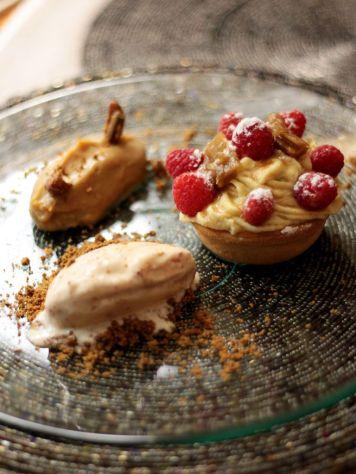 Restaurante-La-Touche-France---Postre-Tartaleta-de-Frambuesa-Ruibarbo-Crema-Normanda-Crema-de-cafe-Helado-de-bacon-2