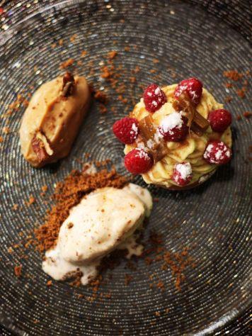 Restaurante-La-Touche-France---Postre-Tartaleta-de-Frambuesa-Ruibarbo-Crema-Normanda-Crema-de-cafe-Helado-de-bacon