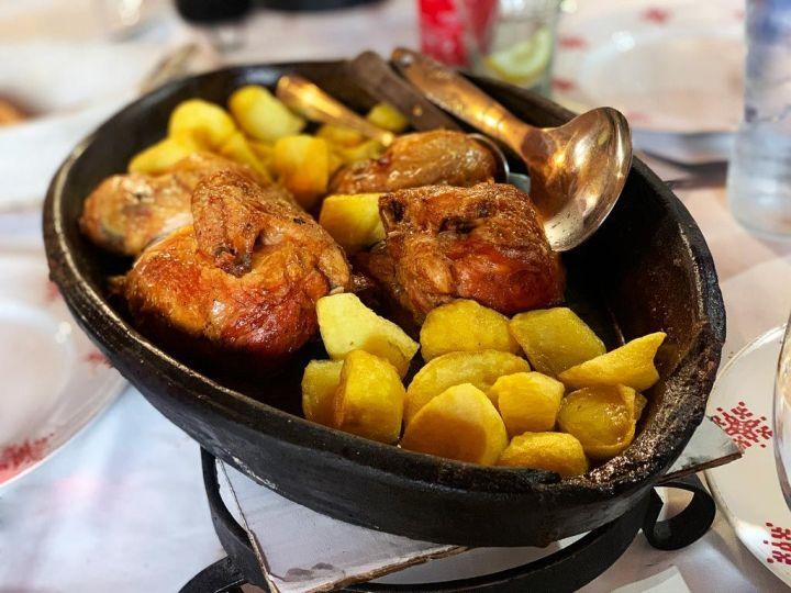 Pollo-asado-en-horno-de-leña-con-patatas-Asador-Teodomiro-La-Cabrera