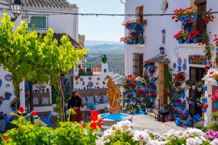 María en el patio de las Comedias, sin turistas (Iznájar)