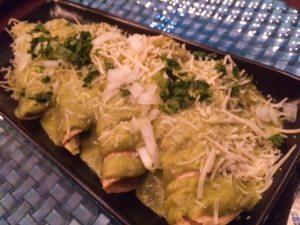 Enchiladas poblanas (pollo por dentro y salsa de chile poblano por fuera)