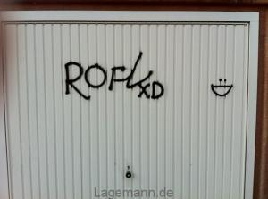 Garagentor mit Graffiti-Schmiererei