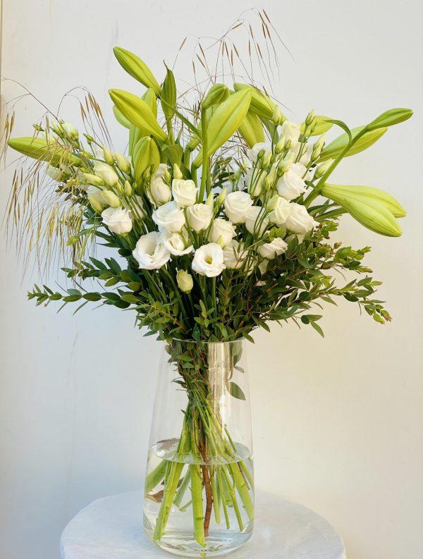 Elegant og fyldig hvid blomster buket med liljer og lisianthus