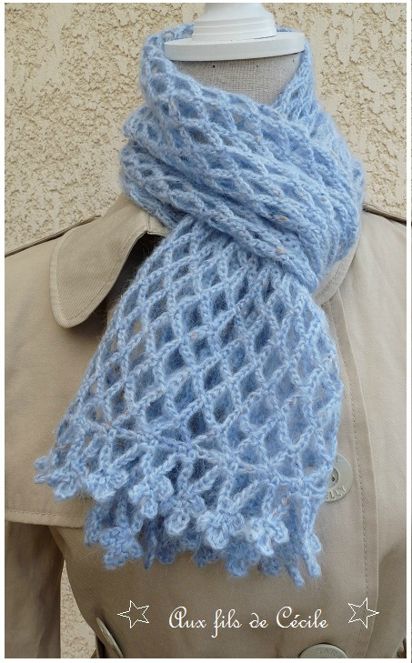 Spécial Débutante Une écharpe fleur bleue au crochet