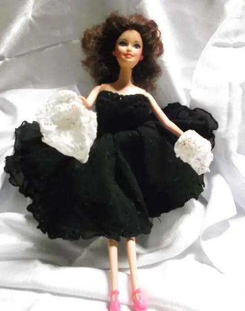 Les petites culottes de Barbie en robe noire