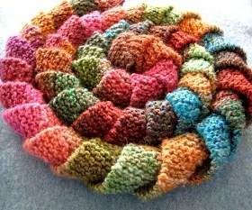 une écharpe rotini au tricot