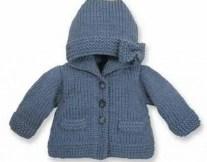 Un gilet à capuche au tricot pour bébé