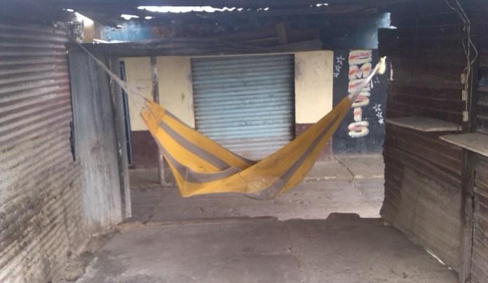 En las viejas colmenas que servían para improvisados restaurantes que mitigaban el hambre de turistas, viajeros, compradores y visitantes ocasionales, duermen las esperanzas de los paraguachoneros.