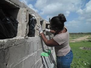 Sonia Bermúdez, la mujer que le tiene un aprecio especial a los muertos, comparte con ellos su cumpleaños y cada vez que alguien muere y no tiene familia, ella con sus vecinos, lo sepultan cristianamente.