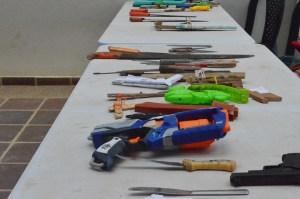Niños y niñas devolvieron navajas, cuchillo y objetos contundentes.