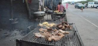 En la berma de la carretera, las nativas de la etnia Wayúu asan el chivo.