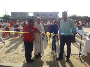 Instantes cuando el alcalde de Uribia, corta la cinta para inaugurar la plaza de mercado La Florida.