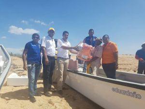 Pescadores de la región mientras recibían los implementos.