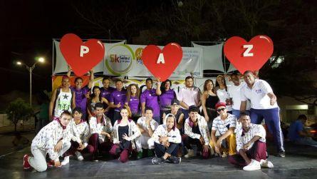 """Los organizadores de la actividad """"Bailando por la Paz""""."""