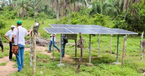 Con paneles solares, para producir energía y poder mover la turbina para llevar el agua a las comunidades beneficiadas.