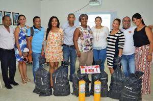 Los funcionarios de las diferentes instituciones educativas del distrito de Riohacha, recibiendo los kits de emergencia.