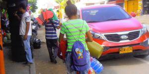 Los venezolanos salen a vender de todo y lo mejor es que lo logran. Aquí esta extranjera vendiendo plásticos.