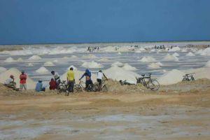 Por la falta de oportunidades laborales, los Wayúu se están muriendo de hambre. La problemática de la sal es uno de ellos.
