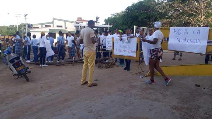 Los habitantes de Hatico, corregimiento del municipio de Fonseca mientras protestaban.