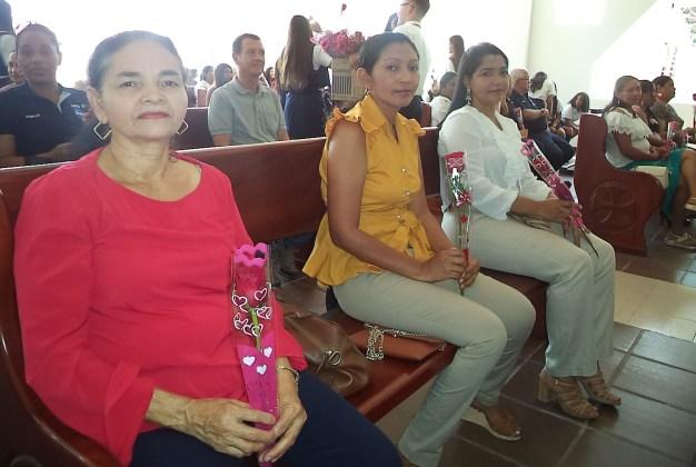 La madres al recibir la rosa de parte de los estudiantes.