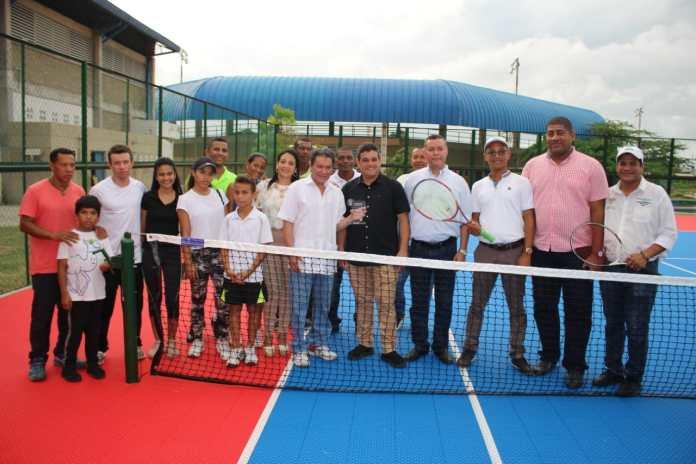 Aspecto de la puesta en servicio de la cancha de tenis, única en el Distrito de carácter público, para la práctica de este deporte.