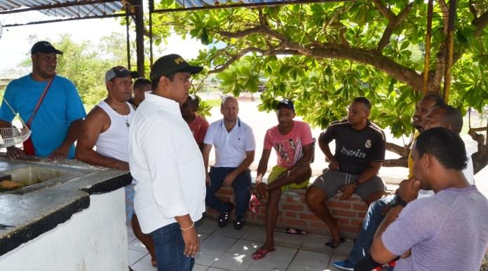 Aspecto de la reunión que sostuvo en la mañana de este miércoles, el secretario de Gobierno del Distrito de Riohacha Ronal Gómez García, con los pescadores del sector del Tambo.