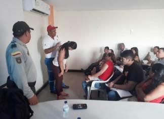 Con el propósito de que los empleados de los hoteles de Maicao, puedan auxiliar a un turista, se les está enseñando los primeros auxilios.