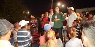 El líder venezolano Julio Montoya Medero, cuando se dirigía a muchos de sus coterráneos en el parque de la India de Riohacha.