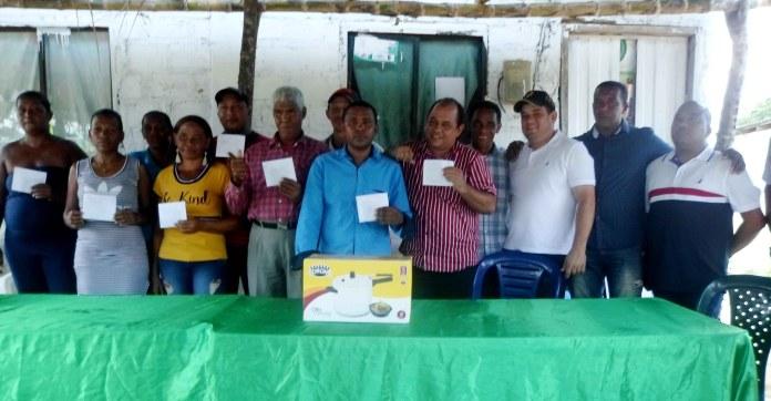 Ganadores del concurso luego de recibir las premiaciones acompañados del alcalde Juan Carlos Suaza Móvil, secretario de educación, Alejandro Ávila y Luis Manjarrez presidente del festival del chicharro de corozo.