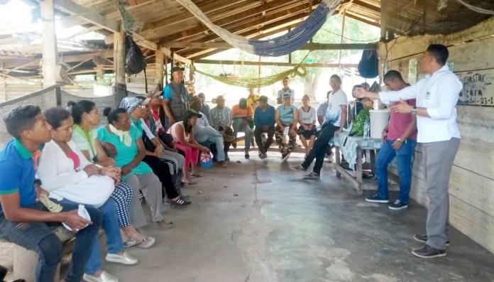 Los campesinos escuchando la propuesta de la autoridad ambiental de La Guajira, que busca sembrar 60 hectáreas con individuos de la especie palma amarga.