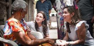 La ministra de Minas, María Fernández Suárez y la consejera para las Regiones, Karen Abudinen en la jornada de La Nueva Energía para Fonseca, La Guajira.
