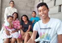 Sandra Palacio, con su esposo y sus hijos.