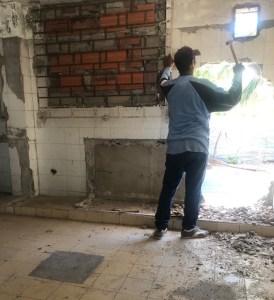 Uno de los obreros que se encuentran realizando la remodelación.