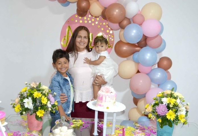 Con sus nietos Elisama y Elizabeth Arregocés.