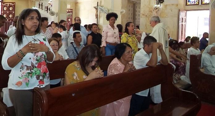 Momentos en que Monseñor distribuyó la comunión a los presentes.