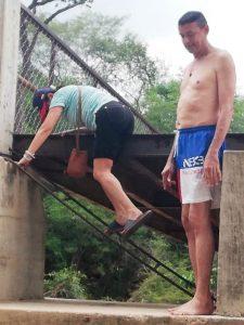 Un peligro latente resulta transitar por este puente colgante.