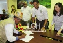 Aspecto de la firma de la alianza público - privada entre Corpoguajira, Cerrejón y comunidad.
