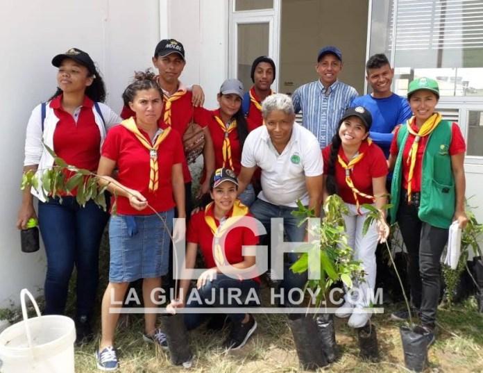 Aspecto de los integrantes de la jornada de arborización que se realizó en el barrio Lomas de Trupillo.