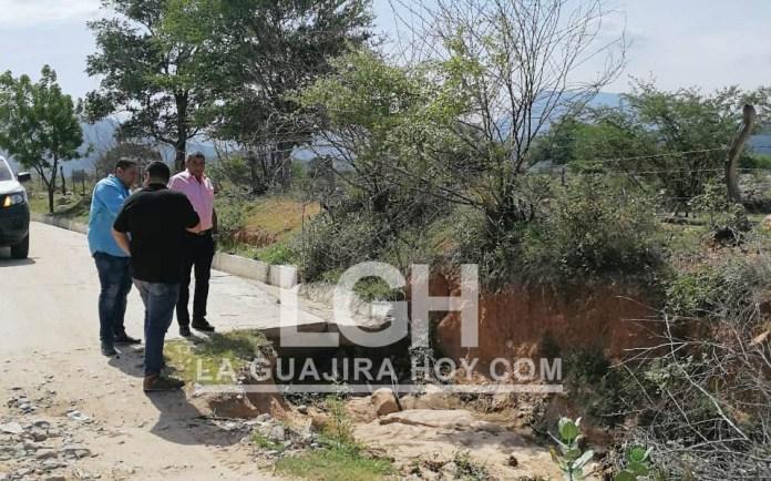 En este lugar de la carretera se presenta un Ojo de agua que estaría dañando la obra en construcción.
