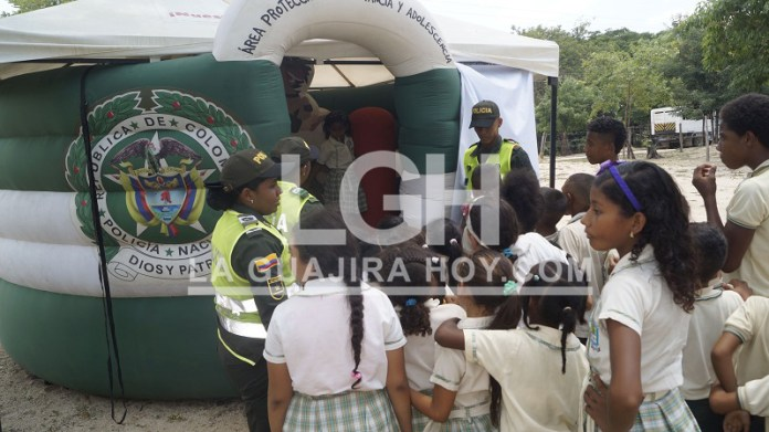 Los habitantes de Cascajalito recibieron a los miembros de la Policía Nacional quienes les llevaron su oferta institucional.