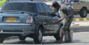 Comenzarán las sanciones desde este miércoles en Riohacha, a quien encuentren lavando el vehículo en la calle y para el propietario del auto también.