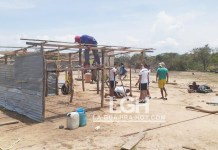 Fueron entregadas 160 láminas de zinc, las cuales comenzaron a ser instaladas para cubrir las viviendas que se encuentran a la intemperie con la ayuda de miembros del Ejército, pertenecientes al Batallón Cartagena.
