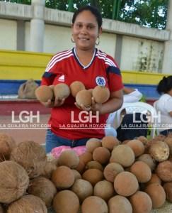 Yoladys Cantillo Ávila, mostrando algunos de los frutos que cultiva en su granja para traerle un buen producto a los riohacheros.