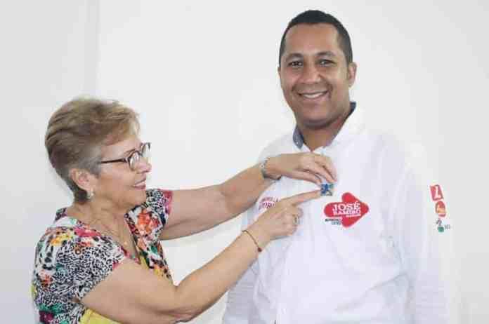 Leonor Mazeneth, directora del partido Centro Democrático en La Guajira, entregándole la insignia del partido al candidato del partido Liberal José Ramiro Bermúdez Cotes.