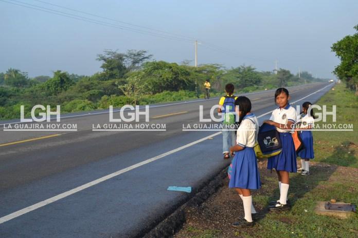 Aquí los estudiantes esperan el transporte, que nunca llega.