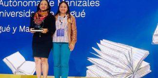 La vicerrectora Hilda Choles Almazo y Mónica Redondo Choles, coordinadora de la oficina de Desempeño Estudiantil, en representación del rector Carlos Arturo Robles Julio y la comunidad universitaria, recibieron el reconocimiento.