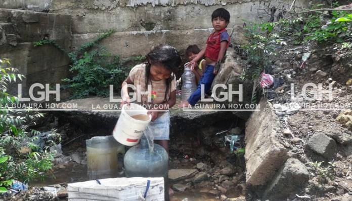 Para conseguir agua, muchas veces recogen la del desagüe de la Universidad de La Guajira.